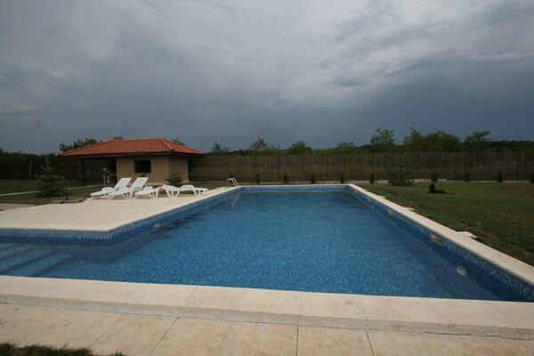 Piscina din beton clasica cu skimere 07 piscine for Constructie piscine
