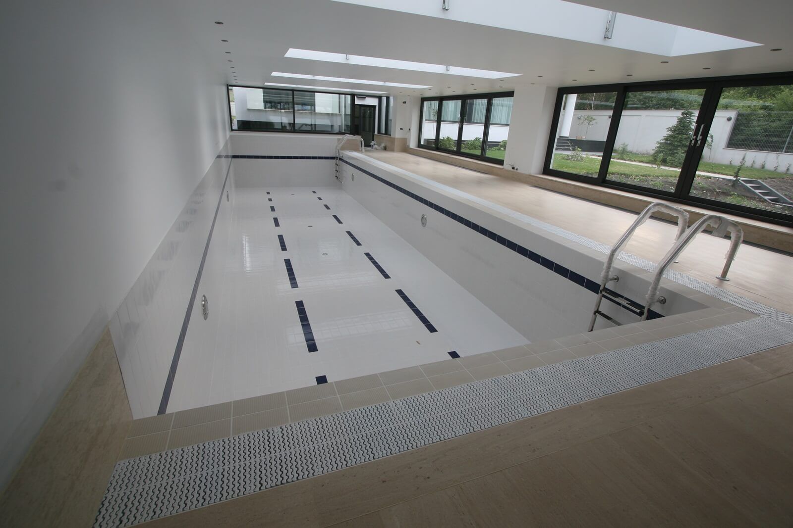 Piscina din beton cu luciu de apa piscine premium aqua for Constructie piscine