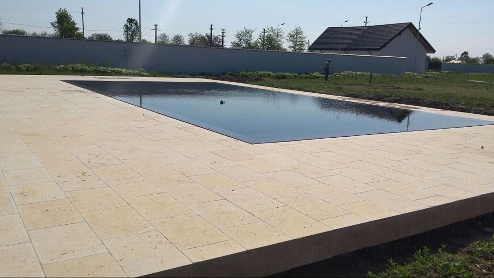 Piscina exterioara din beton cu deversare perimetrala for Constructie piscine