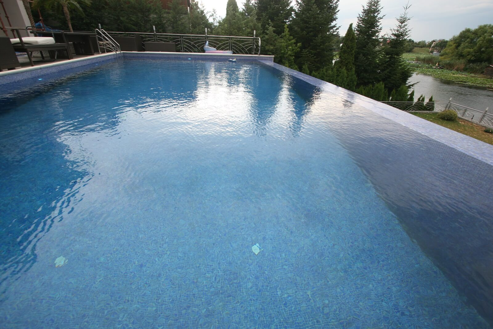Piscina exterioara din beton infinity piscine premium for Constructie piscine