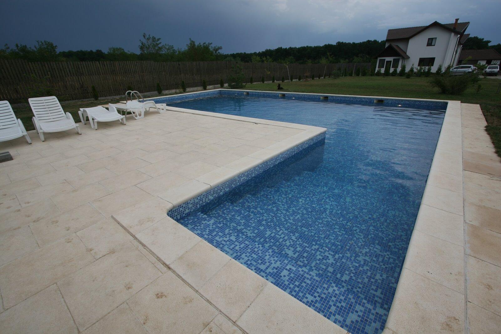 Piscina din beton cu skimmer cu vitroceramica piscine for Construim piscine