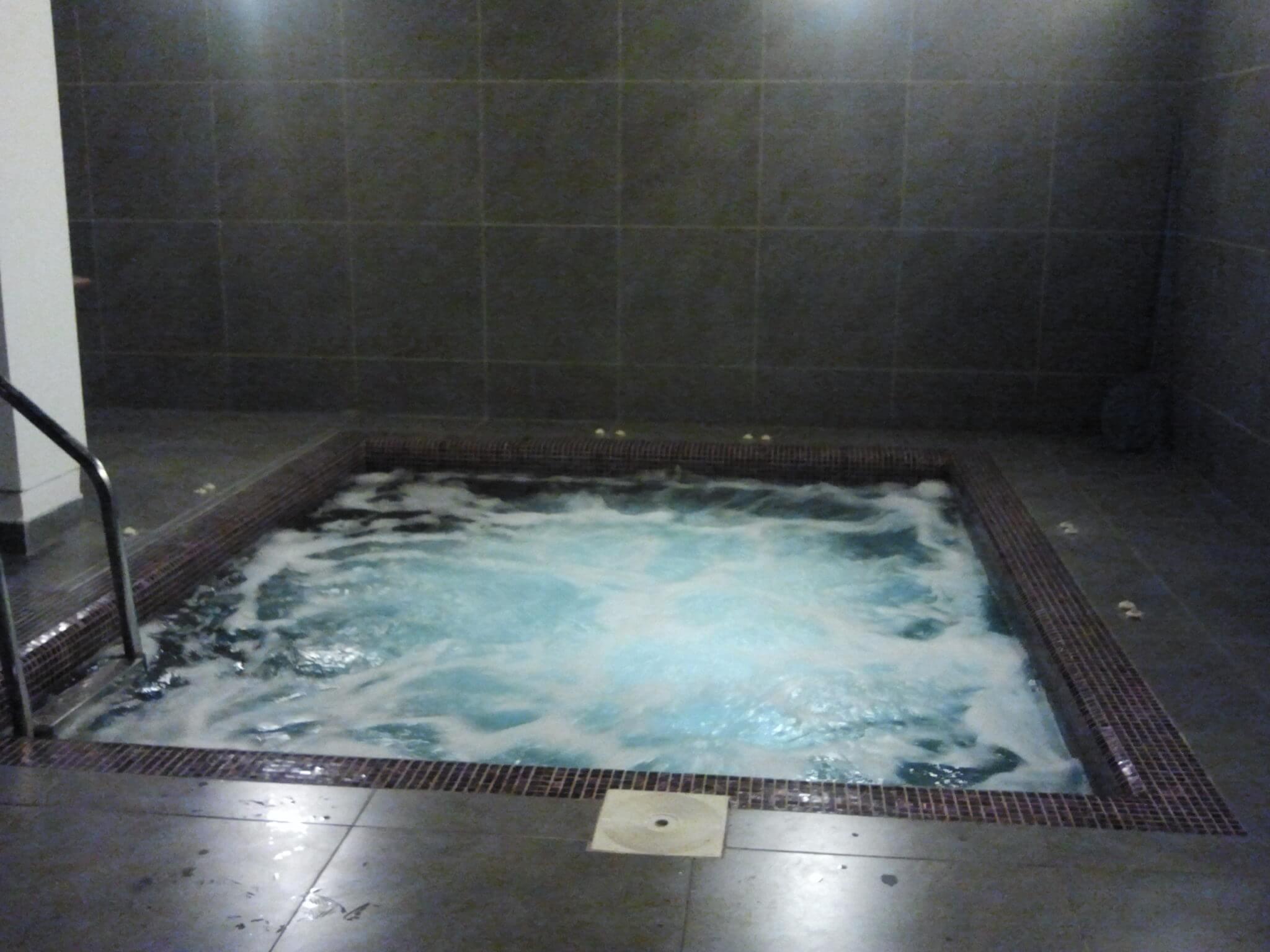 Spa jacuzzi hidromasaj din beton placat cu vitroceramica for Aqua 2000 piscine