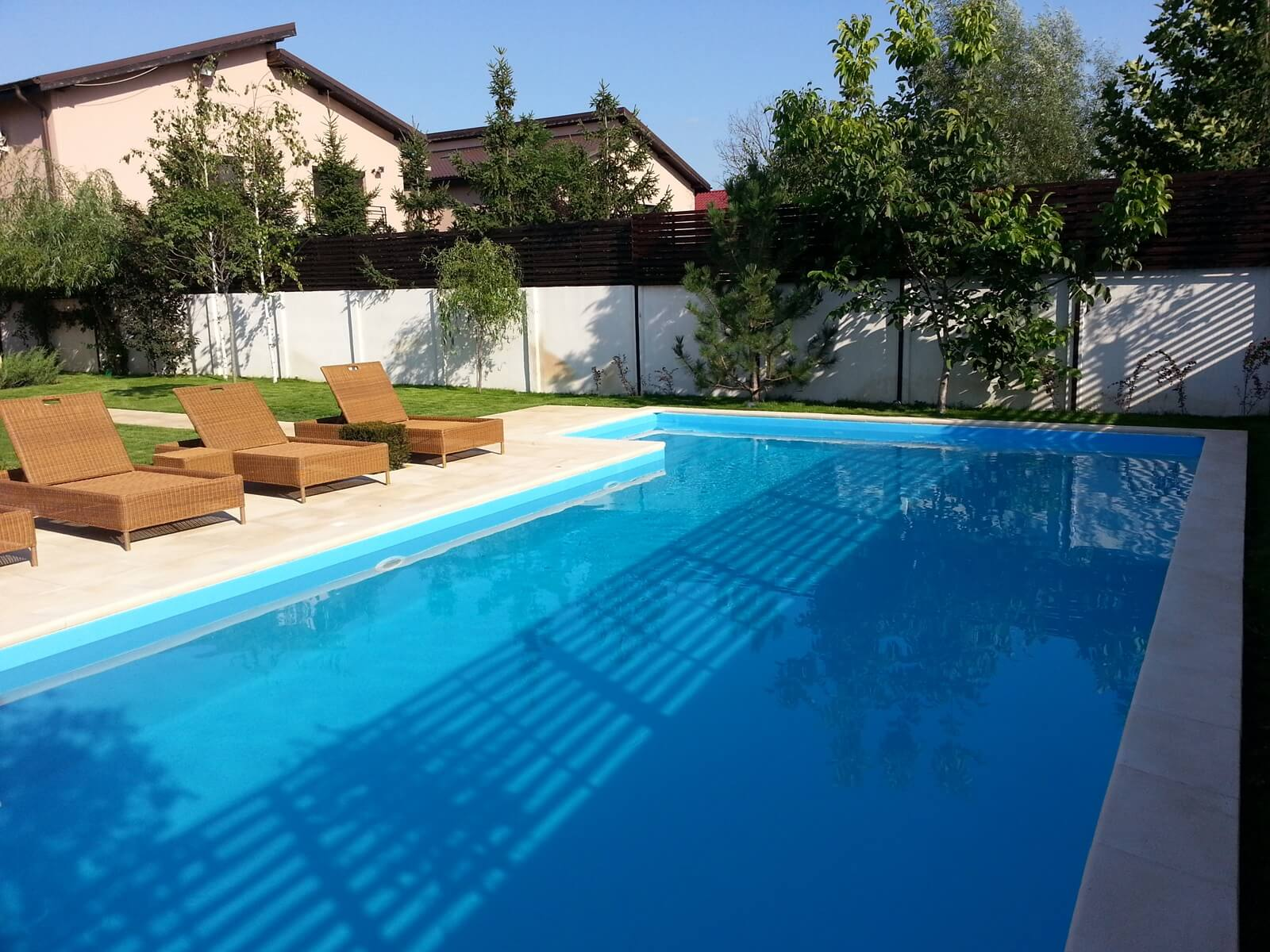 Piscina exterioara din beton cu skimmer finisata cu liner for Aqua 2000 piscine