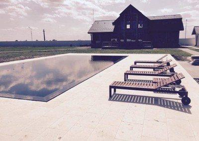 piscina-din-beton-cu-luciu-de-apa