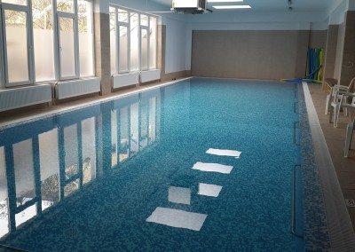 piscina-interioara-cu-luciu-de-apa