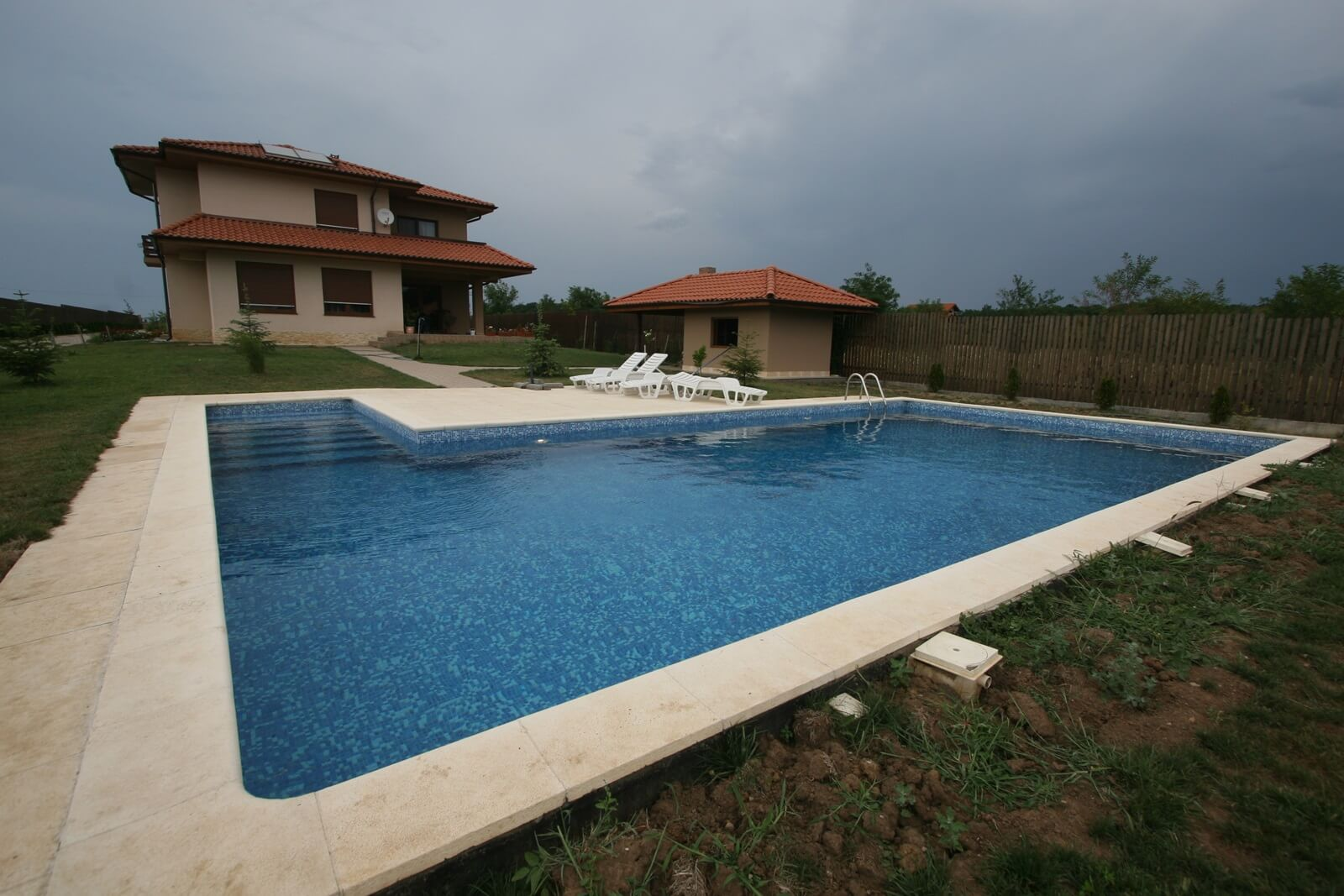 Piscina din beton cu skimmer cu vitroceramica piscine for Aqua 2000 piscine