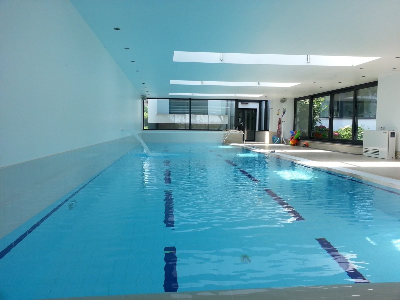 Piscina din beton cu luciu de apa piscine premium aqua for Aqua 2000 piscine